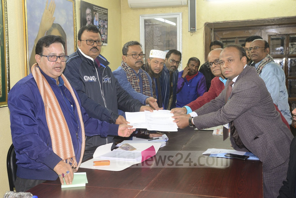 Mohiuddin Ahmed Belal, personal secretary of Haji Mohammad Selim, collects nomination paper for DNCC polls from the Awami League chief's offices in Dhanmondi on behalf of Selim on Wednesday. Photo: Mahmud Zaman Ovi
