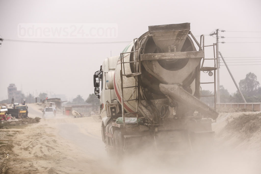 Multiple development works are ongoing on both sides of Madani Avenue at Notun Bazar, Dhaka. Vehicles, used for transporting construction materials into the site, leave the whole locality covered by dust. Photo: Mahmud Zaman Ovi