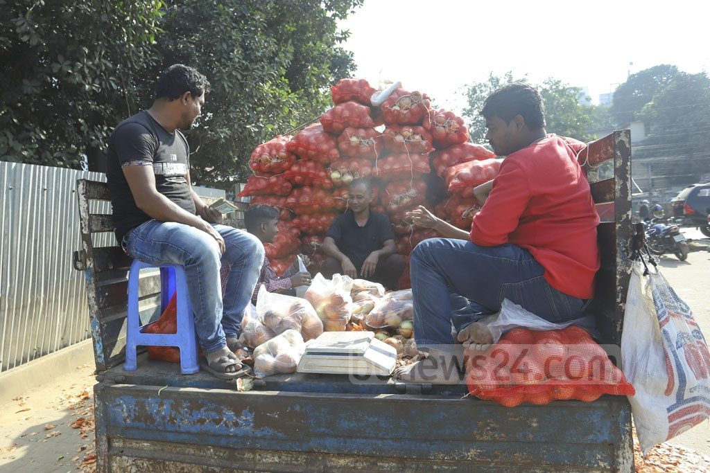 Customers had scrambled in long queues for TCB onion even a month ago, but now the dealers have to wait for customers as people show little or no interest in buying the imported produces even at Tk 35 per kg. Photo: Asif Mahmud Ove