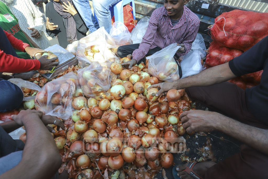 Large, imported onions being sold at Tk 35 per kg at Khamarbari intersection in Dhaka on Sunday. Photo: Asif Mahmud Ove