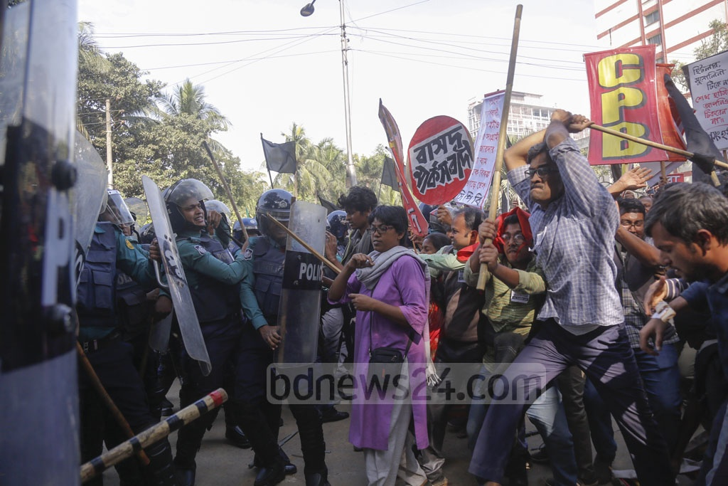 The leaders and activists of the Left Democratic Alliance clash with police after removing barricades at the capital's Matsya Bhaban intersection during an anti-government 'black flag' march on Monday. Photo: Mahmud Zaman Ovi