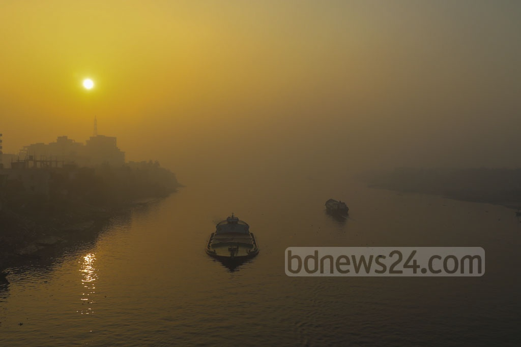 Sun rising amid dense fog on the Buriganga River at Bosila in Dhaka on Wednesday. Photo: Mostafigur Rahman