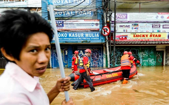 indonesia-flood-020120-01: Members of a rescue team prepare an inflatable boat to evacuate locals as floods hit the Jatinegara area after heavy rains in Jakarta, Indonesia, Jan 2, 2020. REUTERS