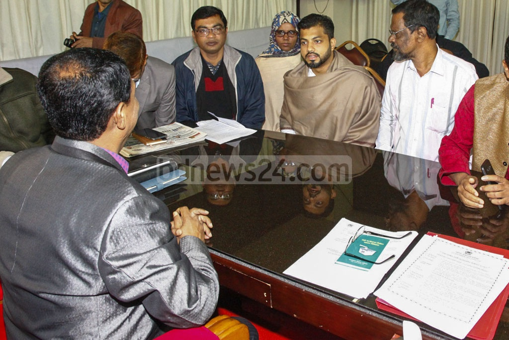 BNP mayor candidate Ishraque Hossain [second from right] met Election Commission Joint Secretary Md Abdul Baten, also the returning officer of Dhaka South City Corporation, at Baten's office in Gopibagh on Friday.
