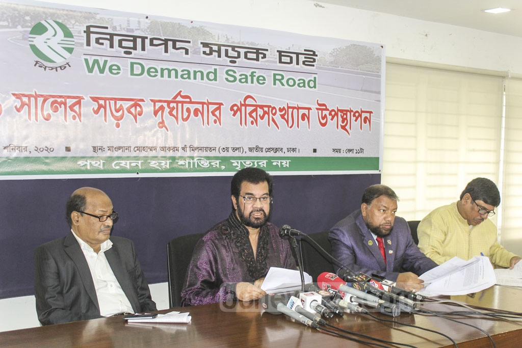 Ilias Kanchan, the chairman of Nirapad Sarak Chai that campaigns for safe roads, briefs the media about its 2019 report on road crashes at the National Press Club in Dhaka on Saturday.