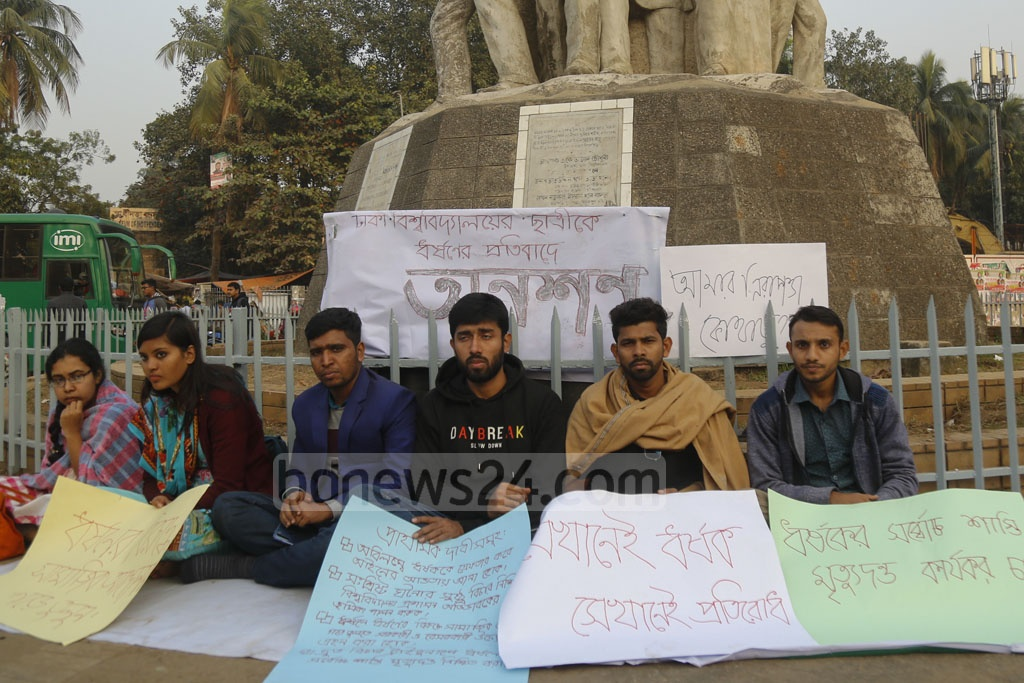 A group of Dhaka University students began a hunger strike at the altar of Raju Memorial Sculpture on Monday demanding justice over the rape of a second-year student of the university in the capital's Kurmitola. Photo: Mahmud Zaman Ovi