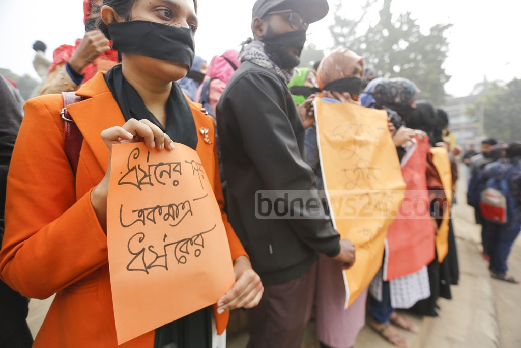 Students of Dhaka University demonstrated on Tuesday wrapping their mouths with black clothes demanded justice over the rape of an undergraduate student of the university in the capital's Kurmitola. Photo: Mahmud Zaman Ovi