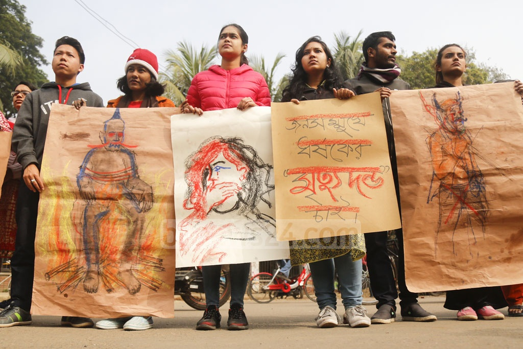 Leaders and activists of Bangladesh Chhatra League's Dhaka University unit formed a human chain on the campus on Tuesday demanding maximum punishment for the rapist of an undergraduate student of the university in the capital's Kurmitola. Photo: Mahmud Zaman Ovi