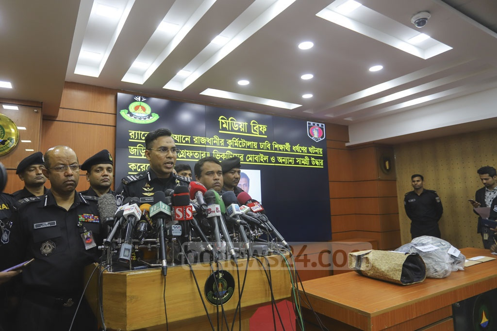 RAB spokesman Sarwar Bin Quasem breifing the media on Wednesday about the arrest of 'Mojnu', 30, the lone suspect in the rape of a Dhaka University student in the capital's Kurmitola. Photo: Asif Mahmud Ove