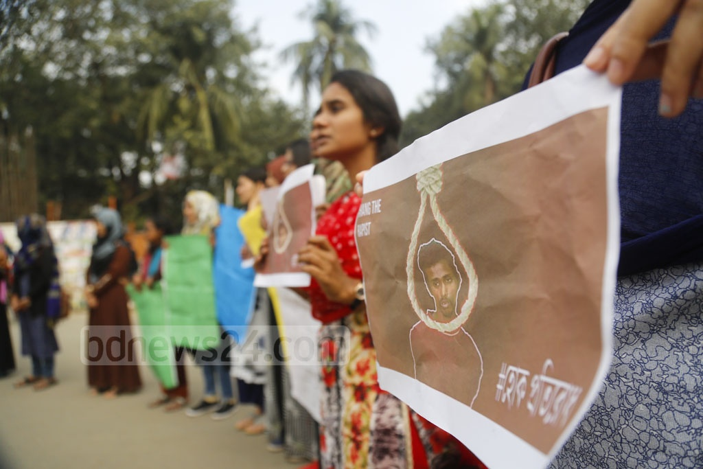 Students demonstrated blocking the streets at Raju Memorial Sculpture square on the Dhaka University campus on Thursday as they demanded punishment of a suspected rapist of a student of the university. Photo: Mahmud Zaman Ovi