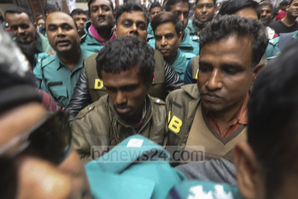 Police escorting Mojnu, the lone suspect in the alleged rape of a Dhaka University student in the capital's Kurmitola, to a Dhaka court on Thursday. The 'serial rapist' was later remanded for seven days in a case filed over the incident.