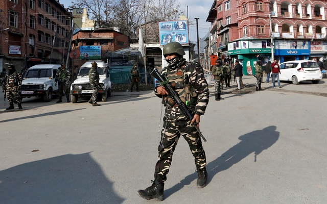 Indian security forces personnel patrol a street in Srinagar Jan 10, 2020. REUTERS