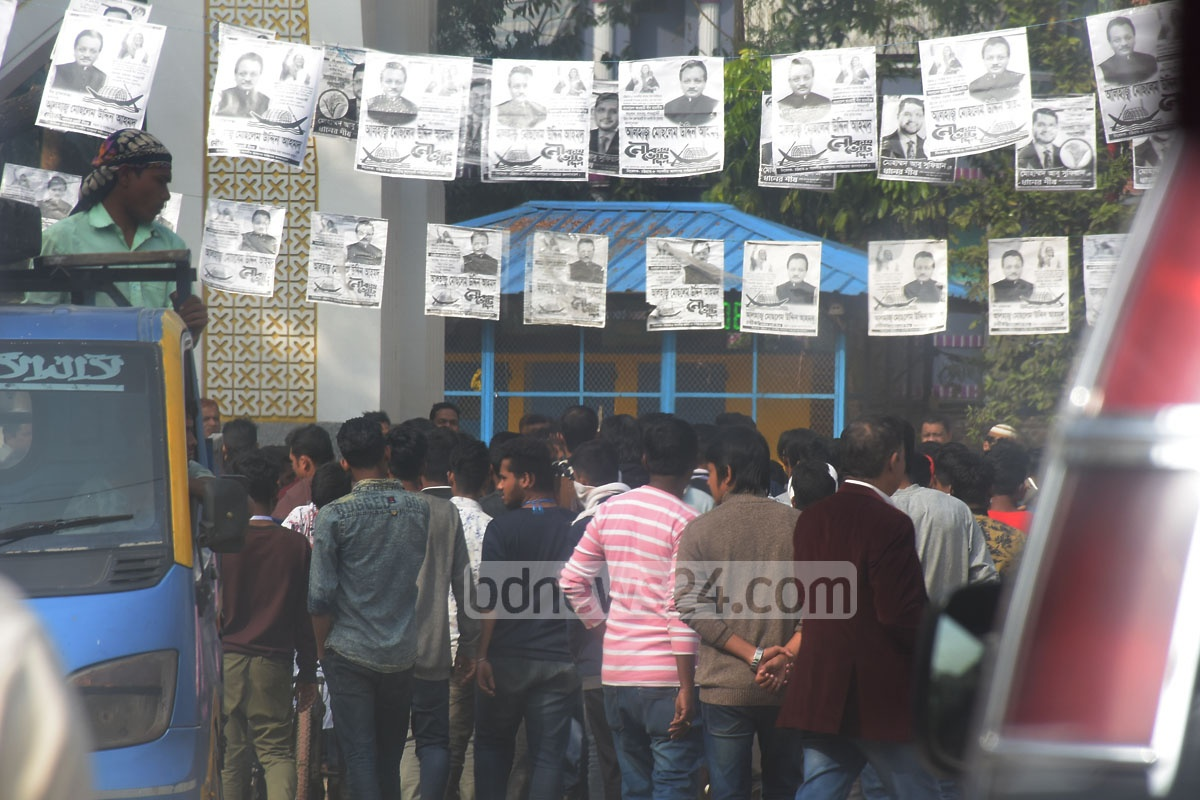 A group of youths queue at an apparently empty Chattogram-8 by-election polling station set up at Chandgaon Residential CDA Public School and College Centre on Monday. They did not vote with Bangladesh Chhatra League activists strolling around the centre. Photo: Suman Babu