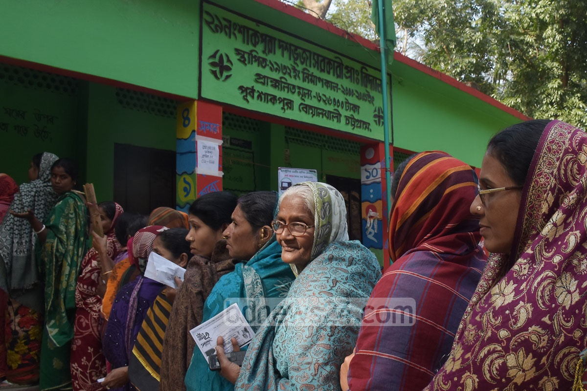 Women queue to vote in Chattogram-8 by-elections at Shakpura Dashbhuja Government Primary School on Monday. Photo: Suman Babu