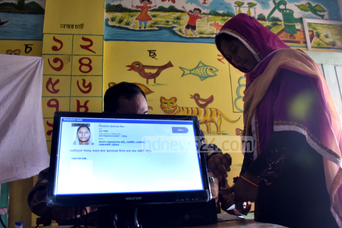 A woman casting her vote in Chattogram-8 by-elections at Madhyom Shakpura Government Primary School on Monday. Photo: Suman Babu