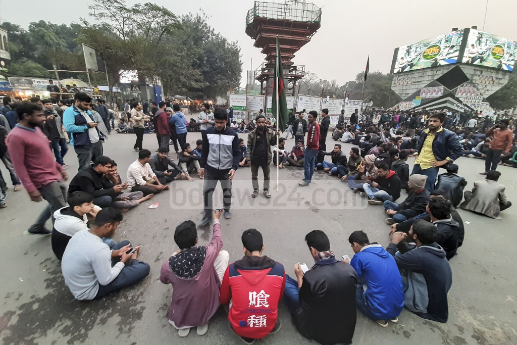 A group of Dhaka University students demonstrate blocking Shahbagh intersection on Tuesday demanding that the date for the city polls be changed for Saraswati Puja.