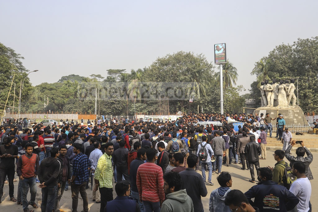 Protesters gathering at the Raju Memorial Sculpture square of the Dhaka University on Wednesday for a march towards the Election Commission office to demand a review of the city polls vote day for Saraswati Puja. Photo: Asif Mahmud Ove