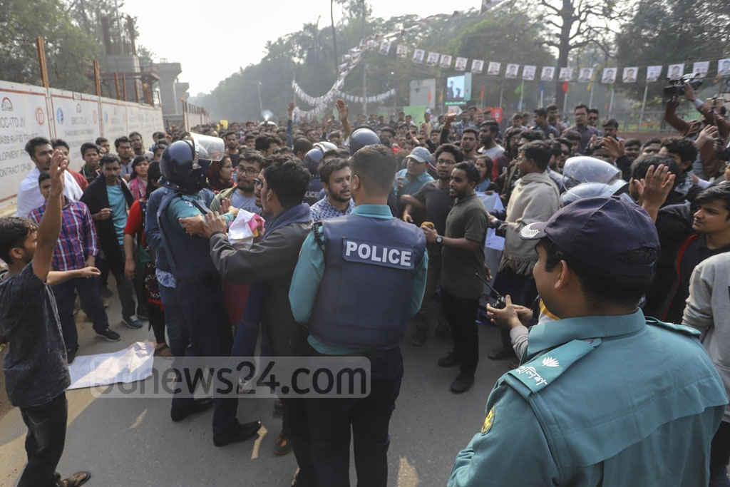 Police stop protesters at Shahbagh from marching towards the Election Commission office from the Dhaka University to demand a review of the city polls vote day for Saraswati Puja. Photo: Asif Mahmud Ove