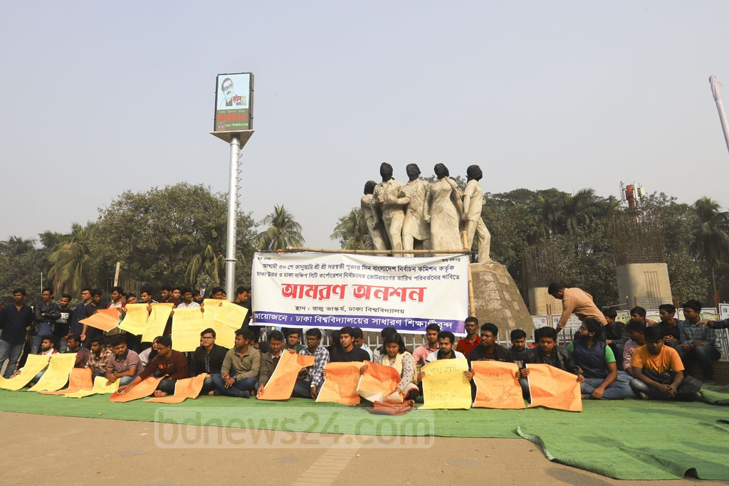 Dhaka University students launch a hunger strike at the altar of Raju Memorial Sculpture on Thursday demanding the Dhaka city polls on Jan 30 be rescheduled as it coincides with Saraswati Puja. Photo: Asif Mahmud Ove