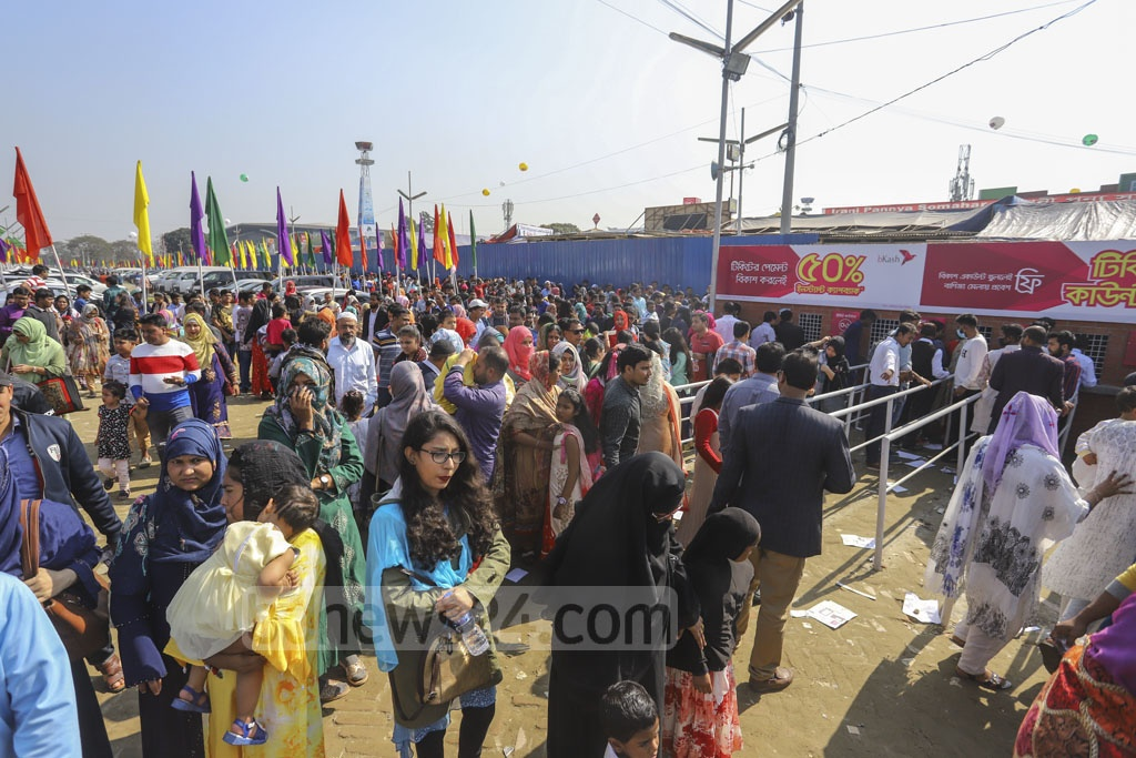 Visitors queue up for tickets to the Dhaka International Trade Fair in the capital's Sher-e-Bangla Nagar on Friday. Photo: Asif Mahmud Ove