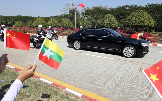 Myanmar students hold Myanmar and Chinese flags as they welcome Chinese President Xi Jinping outside of the airport in Naypyitaw, Myanmar, January 17, 2020. REUTERS