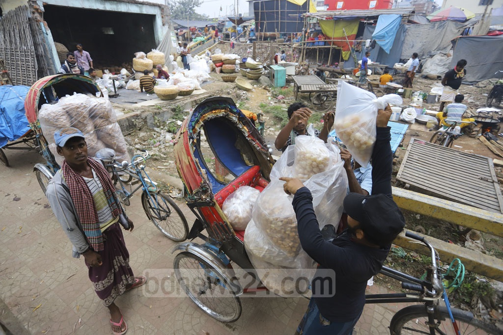 Murali, a popular street food of Bangladesh, is sold at Tk 60 per kg at Boro Bazar in Mirpur. Retailers from various parts of Dhaka used to collect the local sweet item from this wholesale market.
