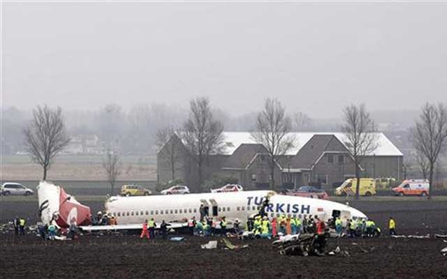 Emergency workers attend the scene where a Turkish Airlines passenger plane with 135 people aboard which crashed while attempting to land at Amsterdam's Schiphol airport February 25, 2009. The plane broke up when it hit the ground next to the runway with the tail section of the fuselage broken off, and a wide crack in the fuselage just behind the cockpit. Reuters