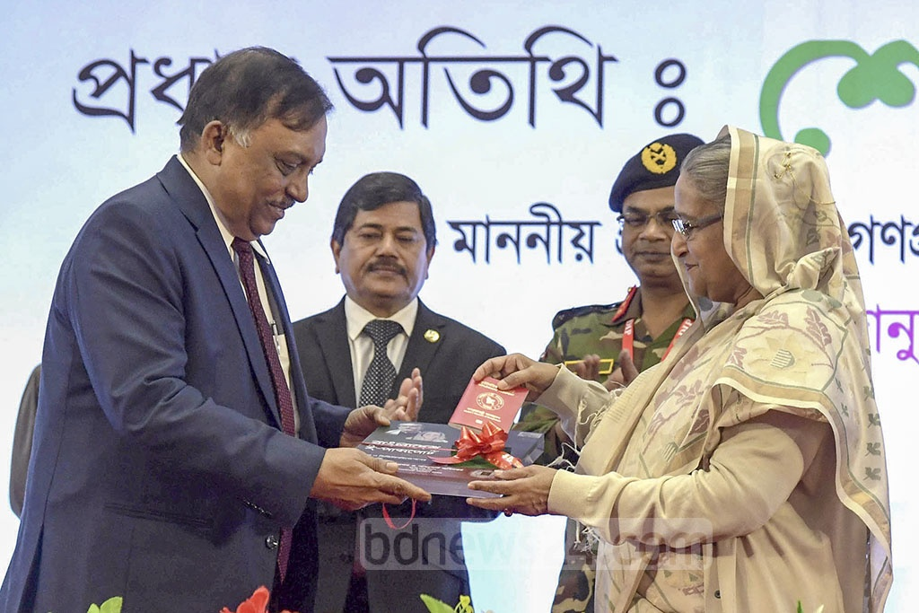 Prime Minister Sheikh Hasina inaugurating the e-passport distribution and automatic border control management system at the Bangabandhu International Conference Centre in Dhaka on Wednesday. Photo: PID