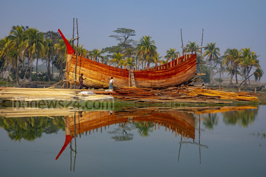 Workers constructing a fishing boat on the banks of the Meghna River in Bhola's Char Fasson Upazila. Photo: Mostafigur Rahman