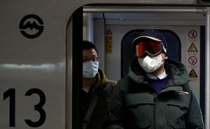 People wearing masks are seen on a subway in Shanghai, China January 23, 2020. Reuters