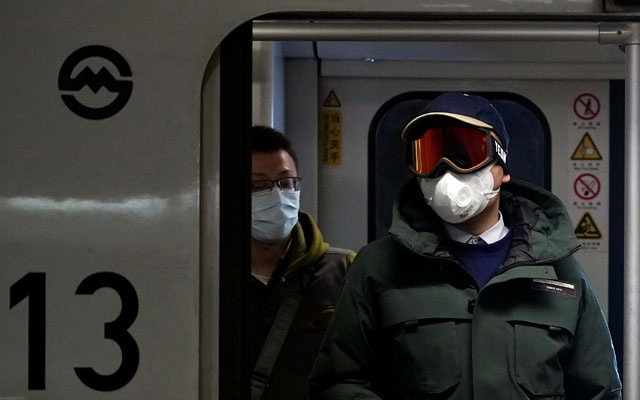 People wearing masks are seen on a subway in Shanghai, China January 23, 2020.Reuters