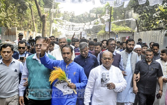 Tabith Awal, the BNP candidate for Dhaka North mayor, campaigning at Mohakhali's Korail slum on Sunday in the lead-up to the city corporation elections.