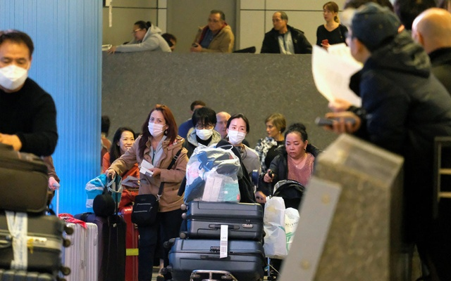 Passengers arrive at LAX from Shanghai, China, after a positive case of the coronavirus was announced in the Orange County suburb of Los Angeles, California, US, Jan 26, 2020. Reuters