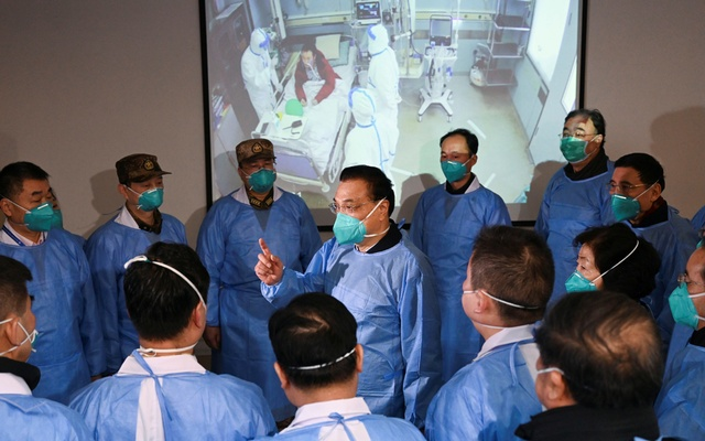 Chinese Premier Li Keqiang wearing a mask and protective suit speaks to medical workers as he visits the Jinyintan hospital where the patients of the new coronavirus are being treated following the outbreak, in Wuhan, Hubei province, China January 27, 2020. cnsphoto via REUTERS