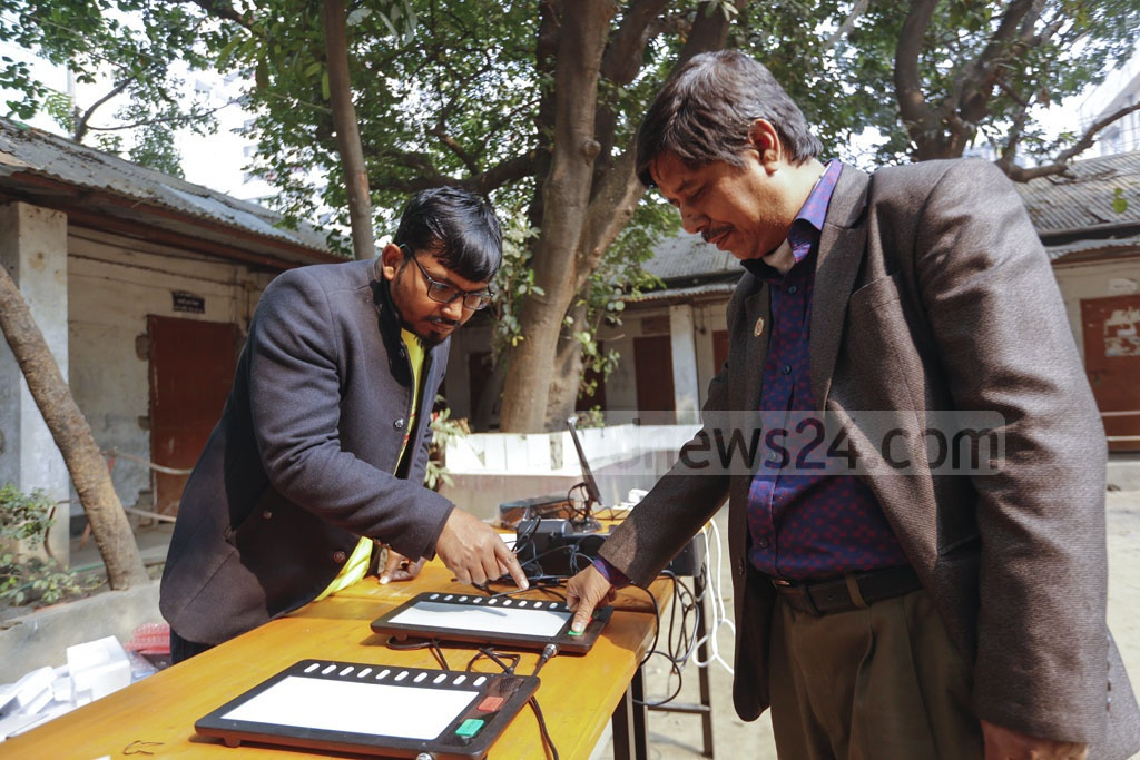Many came to try out electronic voting machines or EVMs during a demonstration organised by the Election Commission at Government Dhaka Badhir High School at Bijoynagar on Tuesday. Photo: Mahmud Zaman Ovi