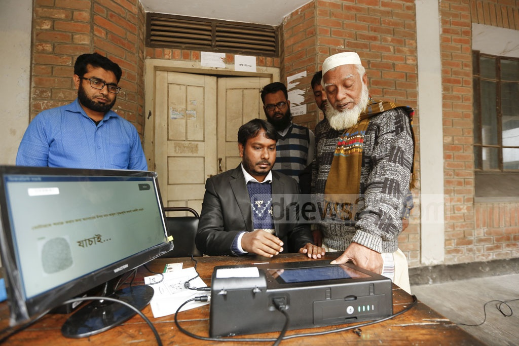 The Election Commission organised a demonstration of EVMs at Purana Paltan College on Tuesday ahead of the polls to the Dhaka North and South City Corporations. Photo: Mahmud Zaman Ovi