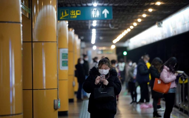 People wear masks as they wait for their train at a subway station in Shanghai, China Jan 28, 2020. REUTERS