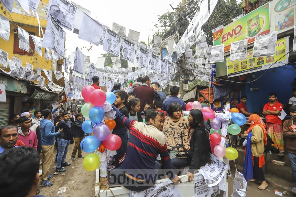 Supporters of the Awami League's mayor candidate in the North Atiqul Islam campaigning in Moghbazar on Wednesday.