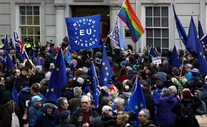Anti-Brexit demonstrators visit Europe House to give flowers to the staff on Brexit day in London, Britain January 31, 2020. Reuters