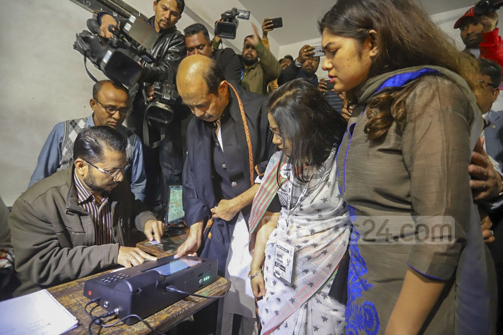 Atiqul Islam, the Awami League-backed candidate seeking reelection as Dhaka North's mayor, cast his ballots at the Nawab Habibullah Model School and College centre in Uttara on Saturday. Photo: Asif Mahmud Ove