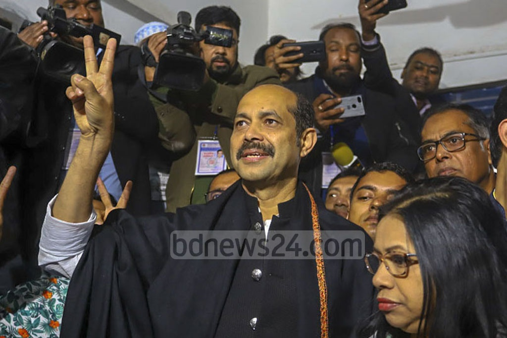 Atiqul Islam, the Awami League-backed mayor candidate seeking reelection in Dhaka North, makes a victory gesture after casting his ballots at the Nawab Habibullah Model School and College centre in Uttara on Saturday. Photo: Asif Mahmud Ove