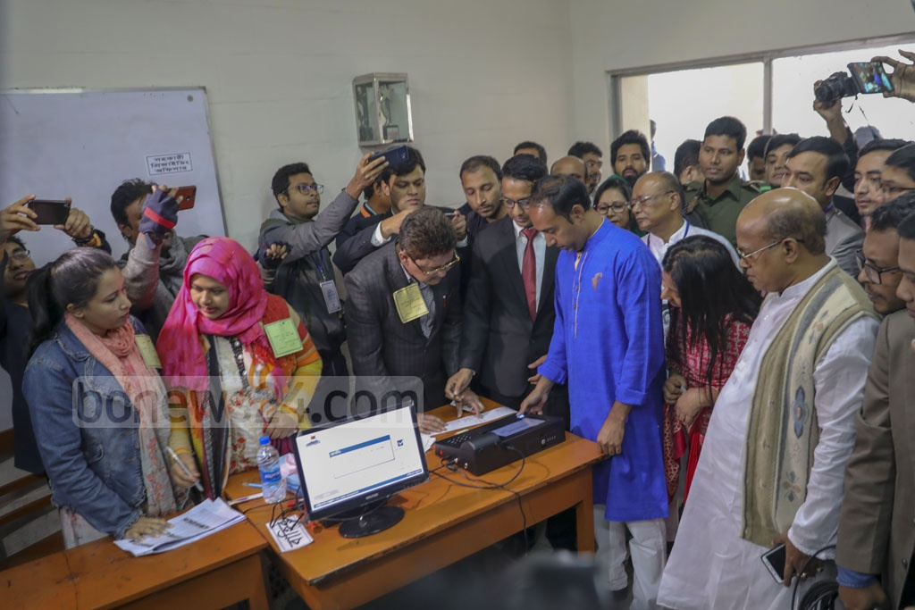 Tabith Awal, the BNP-endorsed mayor candidate for Dhaka North, cast his ballots at the Manarat International School and College centre in Gulshan on Saturday. Photo: Mostafigur Rahman