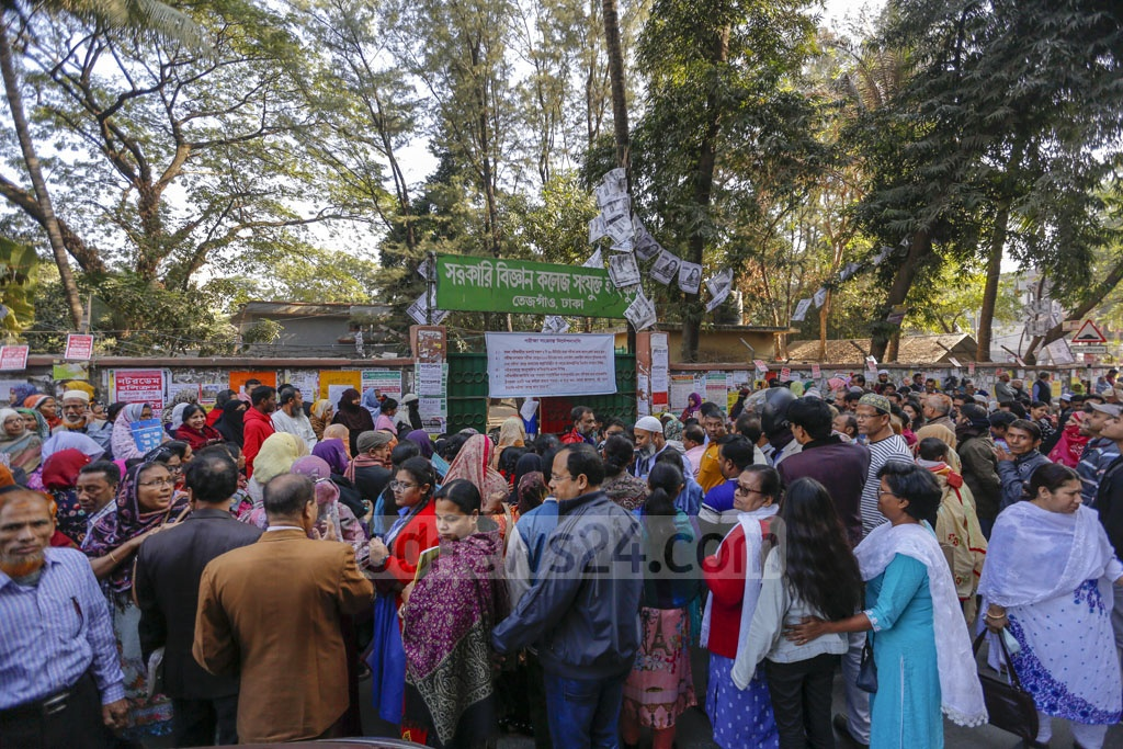 Guardians of SSC examinees waiting outside a centre adjacent to the Government Science College in Dhaka's Tejgaon on Monday. Photo: Mahmud Zaman Ovi