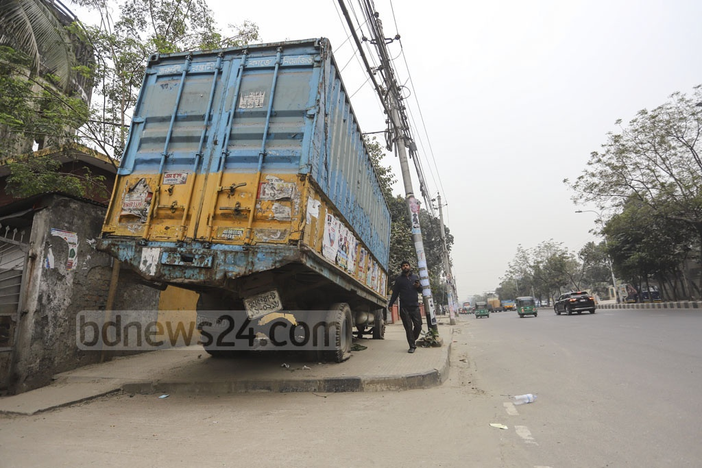 A seized truck lying in the middle of a walkway in Dhaka's Shaheed Tajuddin Ahmad Avenue. Its presence on the footpath has been inconveniencing passersby for a while. Photo: Asif Mahmud Ove