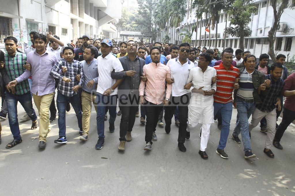 The BNP's student wing Jatiyatabadi Chhatra Dal holds a procession for the release of party Chairperson Khaleda Zia on the Dhaka University campus on Tuesday. Photo: Asif Mahmud Ove