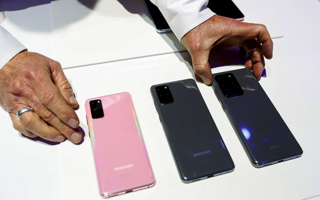 (L-R) The Samsung Galaxy S20, S20+ and S20 Ultra 5G smartphones are seen during Samsung Galaxy Unpacked 2020 in San Francisco, California, US February 11, 2020. REUTERS