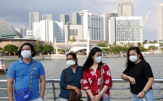 Tourists wear protective face masks at the Merlion Park in Singapore, January 28, 2020. Reuters