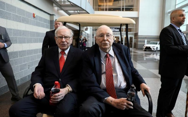 FILE PHOTO: Berkshire Hathaway Chairman Warren Buffett (left) and Vice Chairman Charlie Munger are seen at the annual Berkshire shareholder shopping day in Omaha, Nebraska, US, May 3, 2019. Reuters