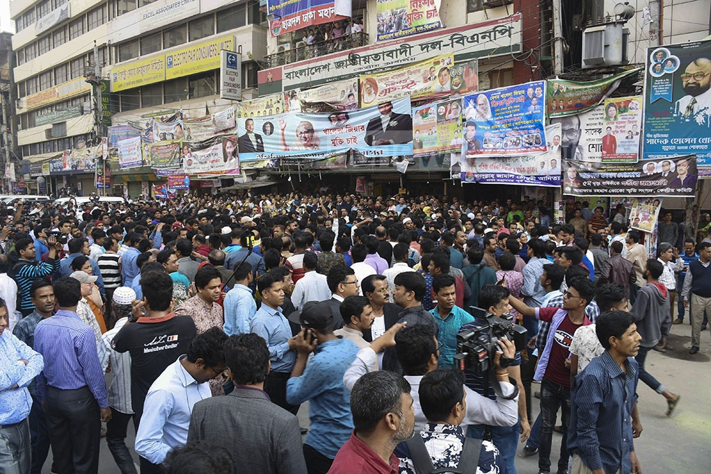 BNP leaders and activists rally outside their headquarters in Dhaka's Naya Paltan on Saturday after police prevented them from taking out a procession demanding release of party chief Khaleda Zia from jail.