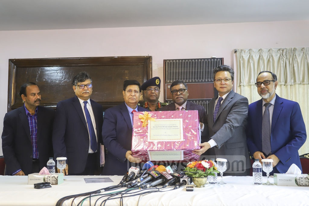 Foreign Minister AK Abdul Momen and Health Minister Zahid Maleque handed medical logistics to Chinese Ambassador Li Jiming in Dhaka on Tuesday as a goodwill gesture from Prime Minister Sheikh Hasina for the country's health workers who are fighting a deadly coronavirus outbreak. Photo: Asif Mahmud Ove